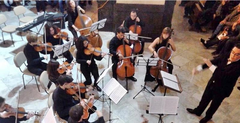 La Orquesta Joven Ciudad de Chiclana llenó la Iglesia de San Juan Bautista en el concierto celebrado la noche del pasado sábado para conmemorar su segundo aniversario. Los integrantes de la orquesta ofrecieron un repertorio variado muy aplaudido.