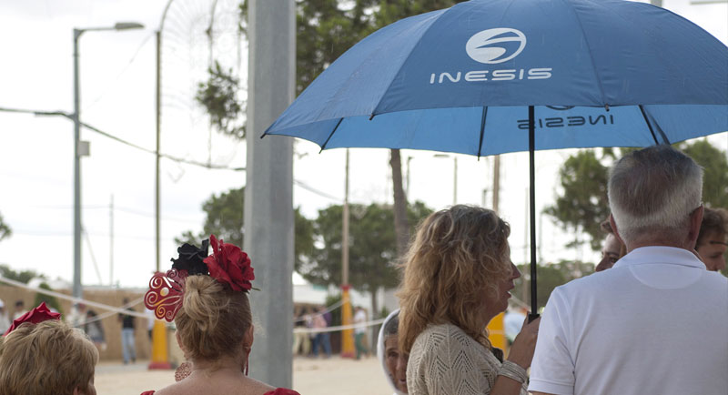 imágenes curiosas  Para algunas personas el paraguas fue su mejor aliado, mientras que para otras no les servía para mucho. A pesar de la lluvia, el calor fue sofocante.