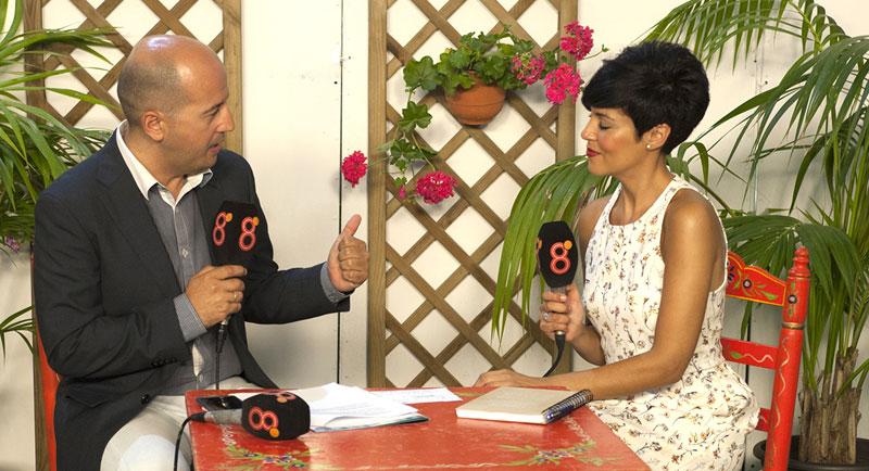 8 chiclana en la batalla.  Una Feria más la cadena local 8TV Chiclana se ha volcado con una programación exclusiva para la fiesta chiclanera. Aunque en la imagen sólo salen Juan Luis Iglesias y Ana Zambrana, hay que felicitar a todos y cada uno de sus profesionales.