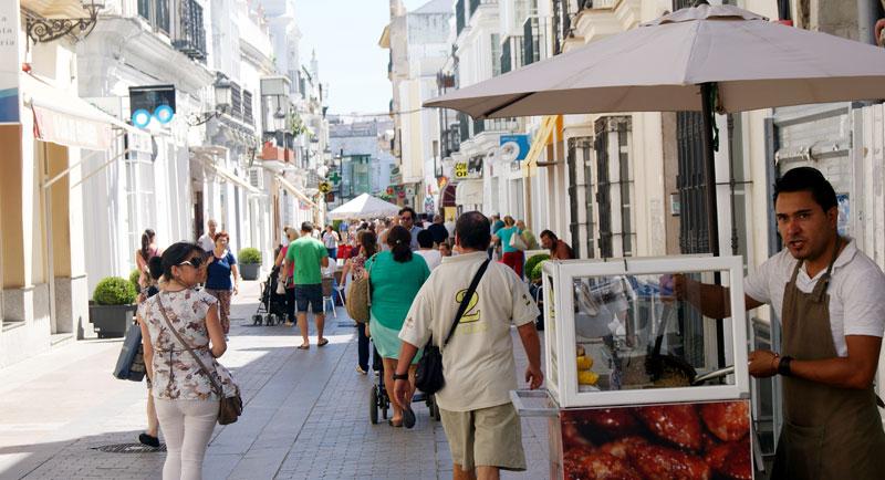 Muchos son los vecinos y visitantes que pasean por esta vía y pueden oler las almendras tostadas.