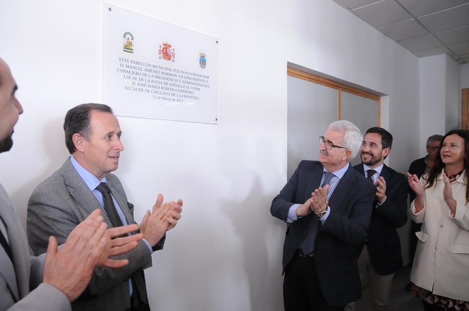 Manuel Jiménez Barrios y José María Román, tras descubrir la placa conmemorativa