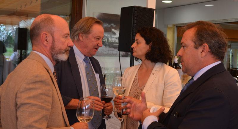 charlas distendidas.  Humberto Ybarra (izquierda), delegado provincial en Cádiz de la Real Federación Andaluza de Golf, compartiendo amistoso coloquio con otras personalidades.