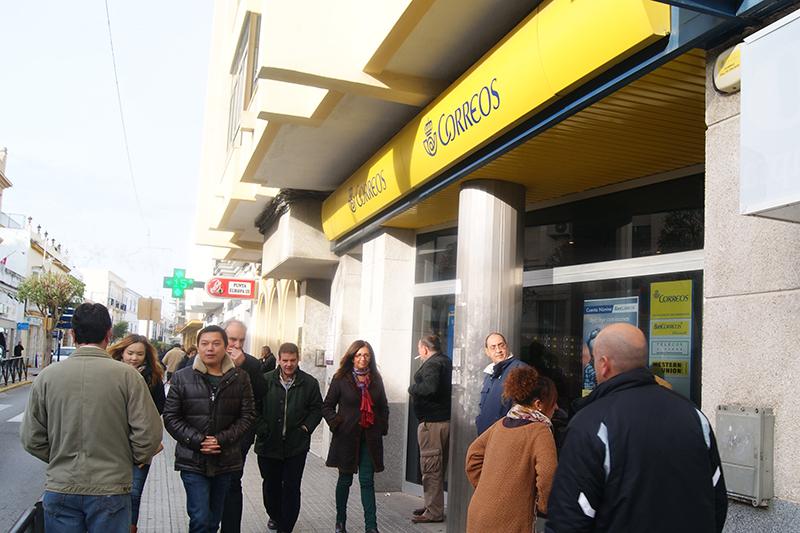 La oficina de Correos de la calle Jesús Nazareno registra una continua cola por la mañana.