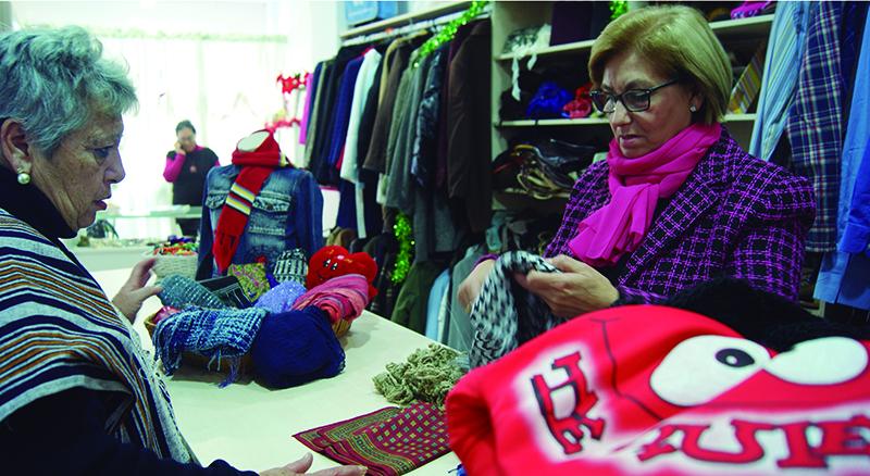 Las encargadas se afanan para preparar la ropa para su posterior puesta al público.