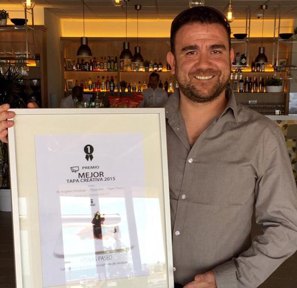 El chef Félix Martínez, de Atenas Paseo, con su premio.
