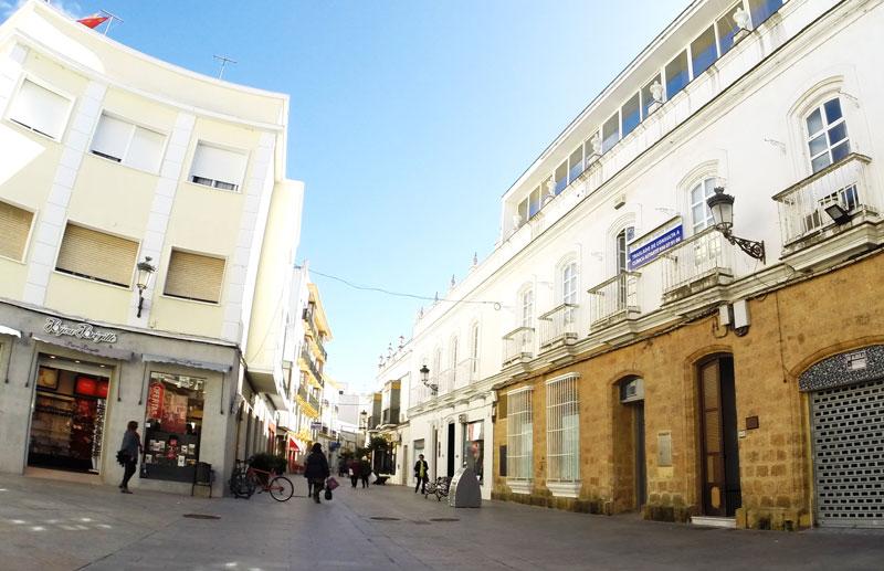 Esta vía céntrica es una cuesta de largo recorrido que cruza hacia la calle La Vega, donde desemboca. En la actualidad son muchos los comercios que permanecen cerrados.