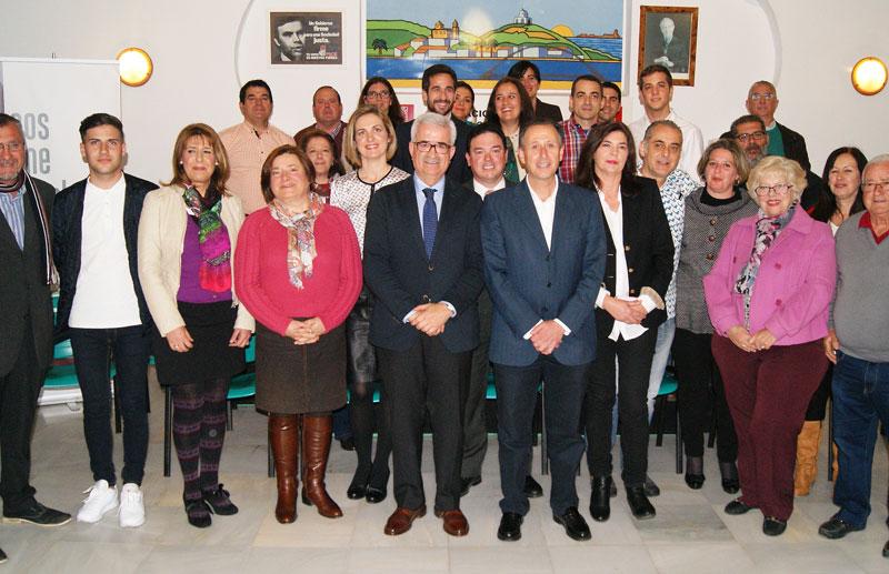 Los 28 miembros de la candidatura socialista con la presencia de Jiménez Barrios.