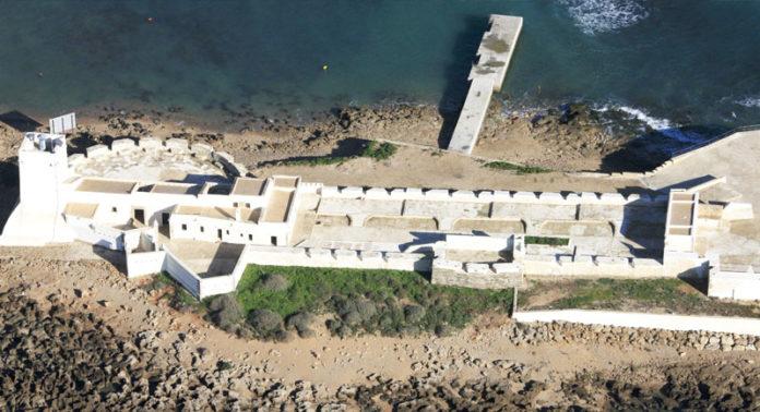 La fortaleza del siglo XVII, ubicada en el islote de Sancti Petri, fue remozada hace unos años y puesta en valor por la Junta de Andalucía. FOTO: LOGGIA