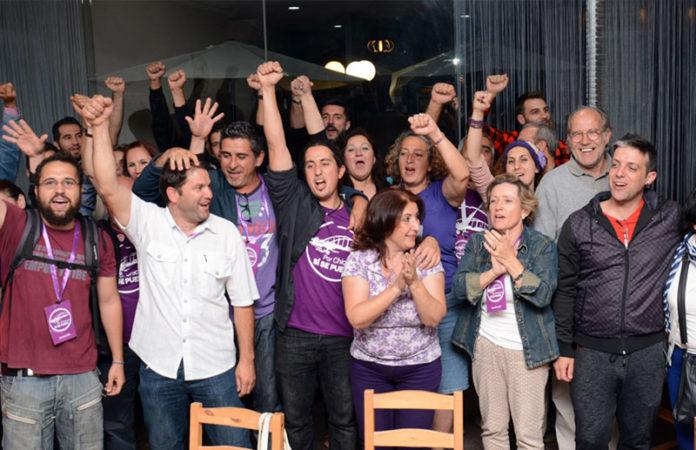 Daniel Martín junto a militantes de la formación gritan la consigna