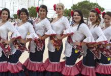 la chiclanera mayor y su corte. Las mujeres de la fiesta resaltaron su belleza todos los días de la Feria de San Antonio. María Mayorga (centro) fue la designada como Chiclanera Mayor.