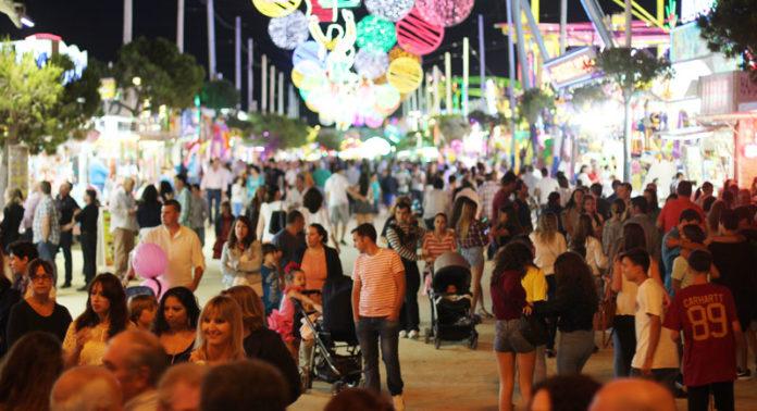 día del niño. Tanto la noche del encendido del alumbrado como el Día del Niño, último de Feria, la noche estuvo repleta de público. Máxime de familias con hijos pequeños que disfrutaron de lo lindo gracias al colorido y alegría de la Feria de San Antonio.