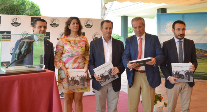 Vázquez, Borrego, Román, De Torre y López Gil recogiendo el libro conmemorativo.
