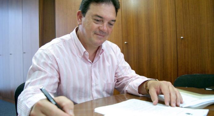 El concejal de Hacienda, Joaquín Guerrero, atendiendo a este medio.