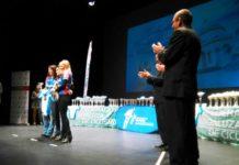 Varias deportistas recogiendo premios.