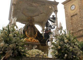 Una bella estampa la vivida con los tres pasos postrados en la Iglesia Mayor.. FOTO: ESTHER GALLARDO