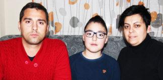 Cristian posa junto a sus padres Sonia Reyes y Domingo Javier Jiménez.. Foto: Muriel