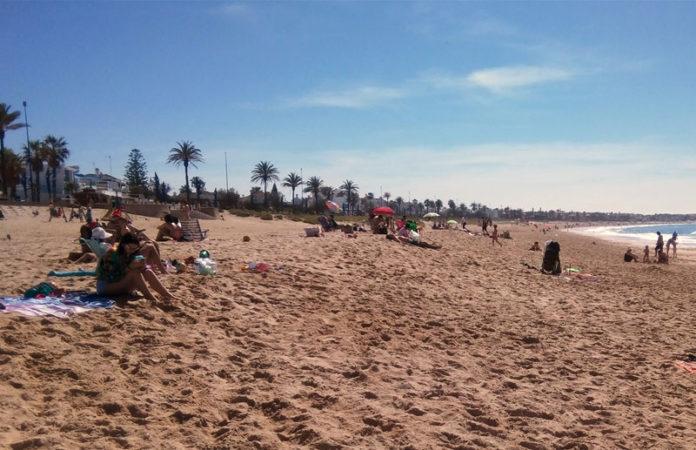 La Barrosa presentaba una imagen más propia del verano que de Semana Santa. FOTO: Muriel