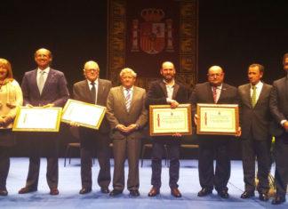GALARDONADOS. Los representantes de las cuatro entidades distinguidas con la Insignia de Oro de Sancti Petri posan en una foto de familia junto a los responsables municipales.