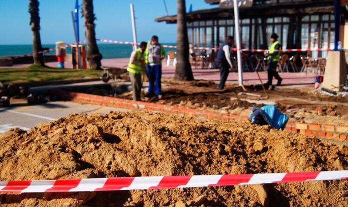 Beneficiarios de estos planes están ejecutando obras en el paseo marítimo de La Barrosa.