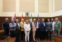 Los elegidos para representar a los Reyes Magos, junto al alcalde y miembros de la Asociación