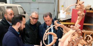 El tallista Manuel Oliva muestra uno de sus trabajos al alcalde de Chiclana, José María Román, en presencia de Joaquín Páez.