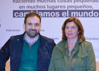 Pepa Vela, junto a uno de los responsables de Proyde.